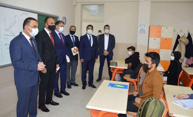 Siirt Valisi Hacıbektaşoğlu öğrencilerin heyecanına ortak oldu
