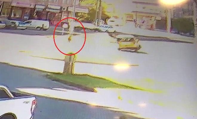 Yol kenarında ilerleyen çocuk, kazadan kıl payı kurtuldu