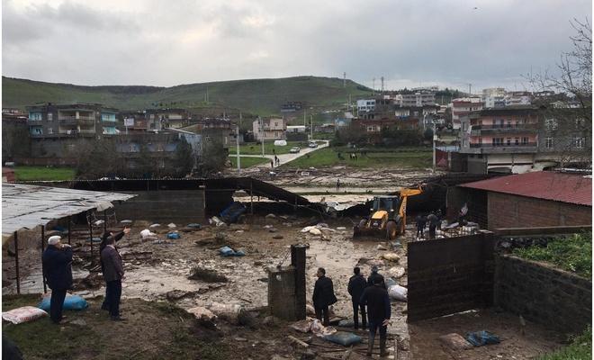 Diyarbakır Çıraklı köyünde evler ve ahırlar patlayan gölet sularının altında kaldı