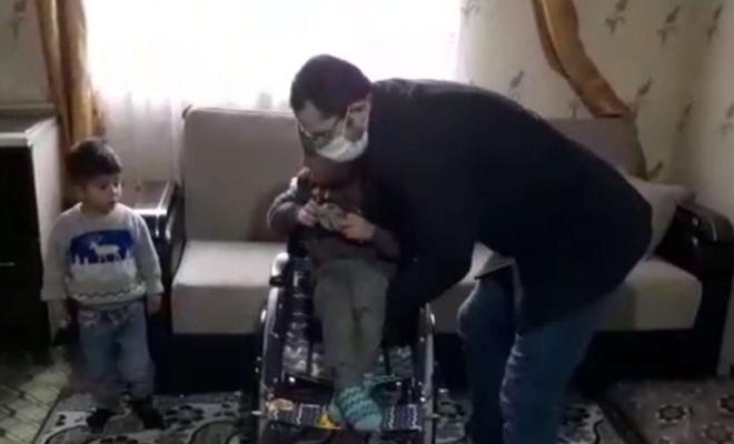 Küçük çocuk biriktirdiği harçlığıyla engelli akranına umut oldu