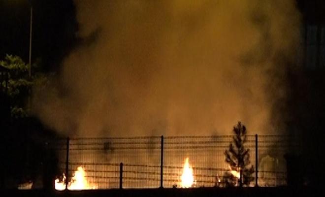 Patlatılan havai fişekler evin bahçesinde yangına sebep oldu