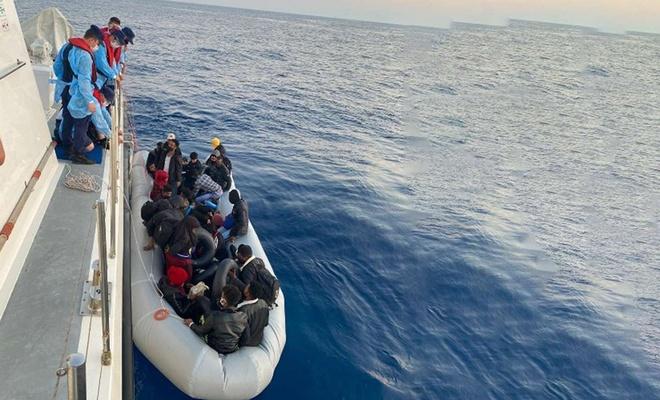 Yunanistan tarafından ölüme itilen 61 düzensiz göçmen kurtarıldı