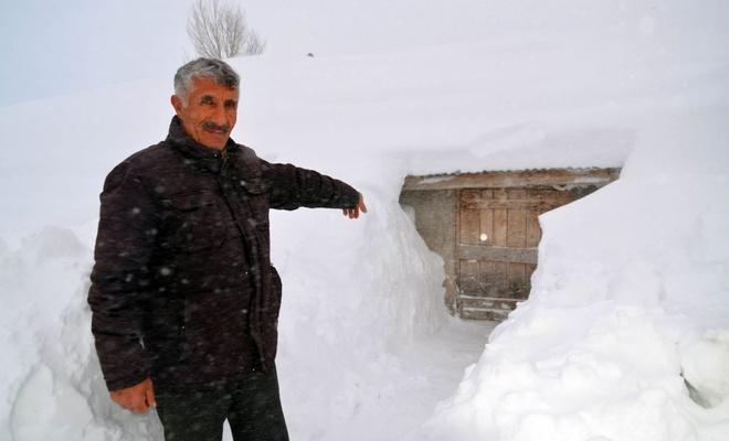 Muş'ta evler kardan görünmüyor