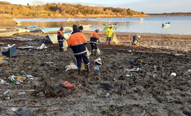 İstanbul'da kuraklık sebebiyle suları çekilen barajlardaki atıklar temizleniyor
