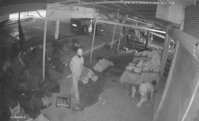 Şanlıurfa'da iş yerinden hırsızlık olayı güvenlik kameralarına yansıdı