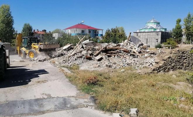 """Van'da göçmenler tarafından kullanılan 5 """"Şok ev"""" yıkıldı"""