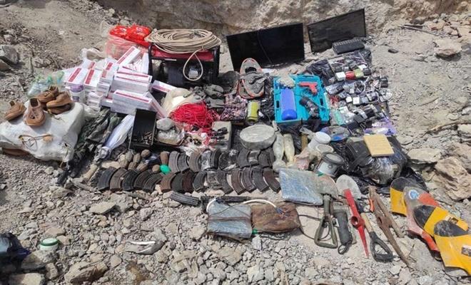 Pençe operasyonları bölgesinde bir mağarada çok sayıda EYP ve mühimmat ele geçirildi