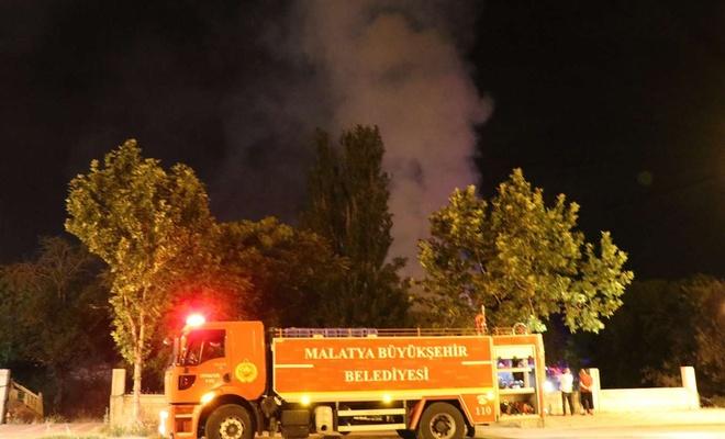 Madde bağımlılarının mesken tuttuğu metruk evde çıkan yangın mahalle sakinlerini korkuttu