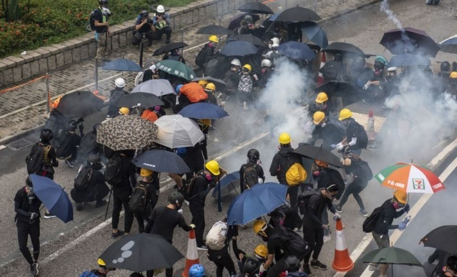 Protestolara yol açan yasa tasarısı geri çekildi