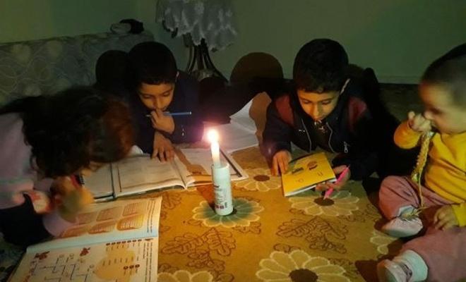 Öğrenciler 3 gündür mum ışığı altında ders çalışıyor