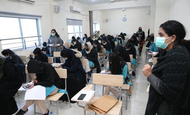 """Pakistan'da ara verilen yüz yüze eğitim """"kademeli"""" olarak tekrar başladı"""
