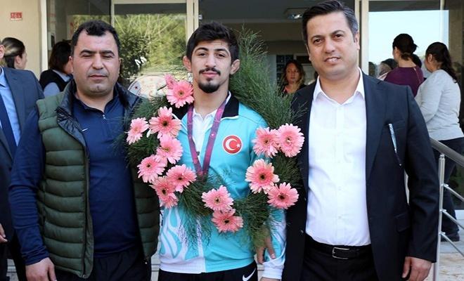 Şampiyon güreşçi çiçeklerle karşılandı