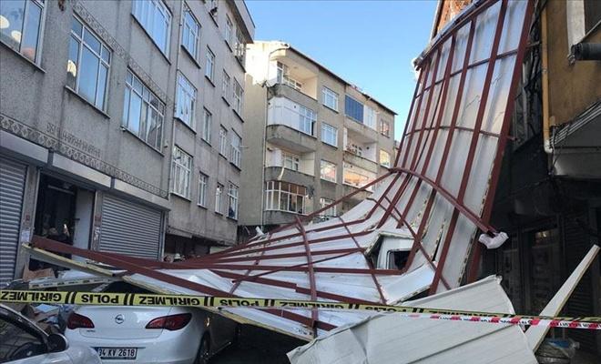 İstanbul'da lodosun etkisiyle bir binanın çatısı uçtu
