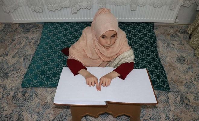 Görme engelli Esma uzaktan eğitim ile Kur'an-ı Kerim'i öğrendi