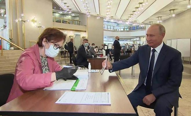 Putin'e 2036'ya kadar iktidar yolu göründü!