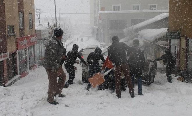 Muş`ta yoğun kar hayatı durma noktasına getirdi