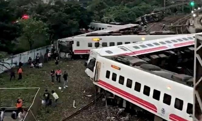 Tren raydan çıktı: 17 ölü