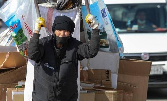 65 yaşındaki kadın 30 yıldır ekmeğini kağıt satarak kazanıyor