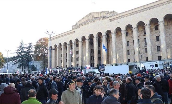 Gürcistan da karıştı! Binlerce gösterici parlementoyu kuşattı