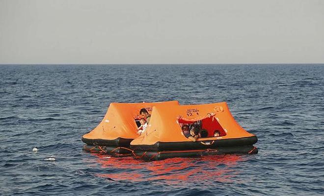 Yunanistan, çocuklarında bulunduğu göçmenleri denize geri itti
