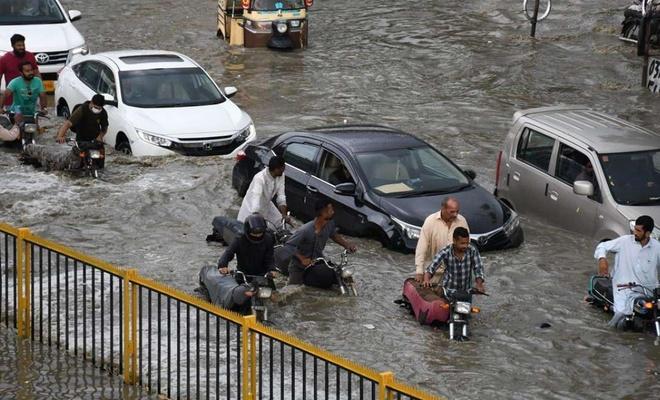 Pakistan'da aşırı yağışlar hayatı olumsuz etkiliyor