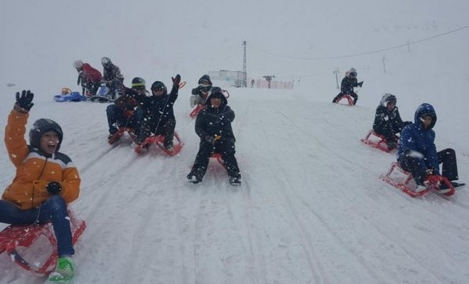 Kimsesiz çocukların kayak sevinci