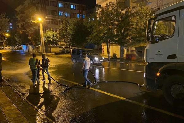 Diyarbakır'da temizlik çalışmaları gece vakti de sürüyor