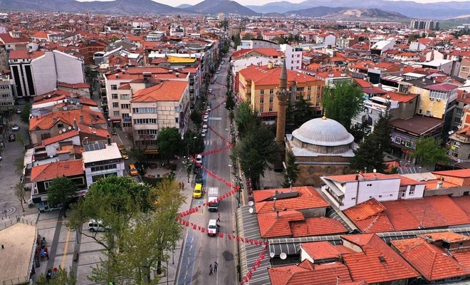 Tam kapanmayla Isparta'nın işlek caddeleri boş kaldı