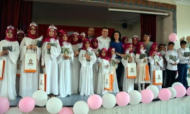 Kur`an kursundan mezun olan kız çocuklarına taç giydirildi