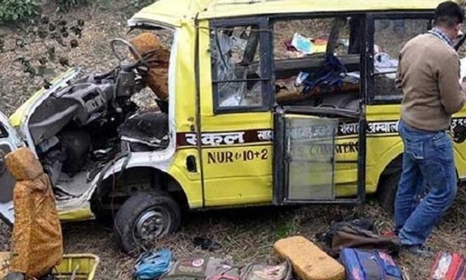 Hindistan`da tren okul servisine çarptı: 14 ölü