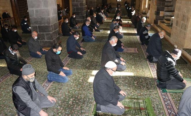 Covid-19 tedbirleri en güzel camilerde uygulanıyor