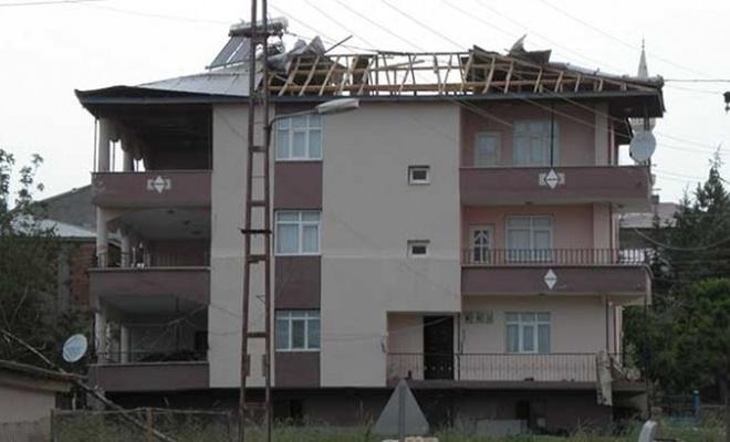 Adana'da fırtına evlerin çatısını uçurdu