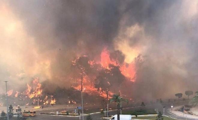 Manavgat'ta orman yangını yerleşim yerlerine sıçradı: 3 mahalle boşaltıldı