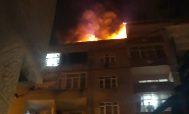 Binanın çatısı alev alev yandı, yangın saniye saniye görüntülendi....