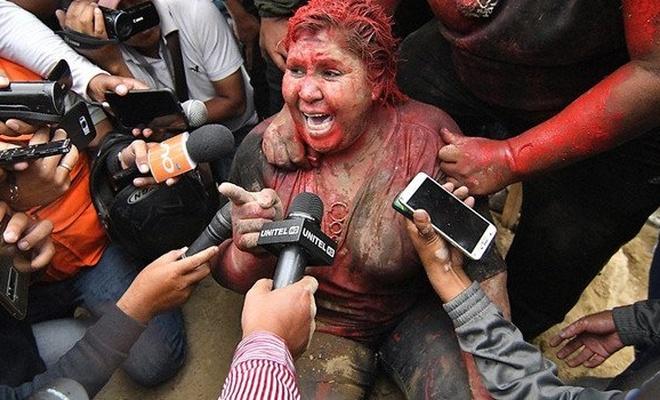 Bolivya'da protestocular belediye başkanını saçlarını kesip yerlerde sürükledi