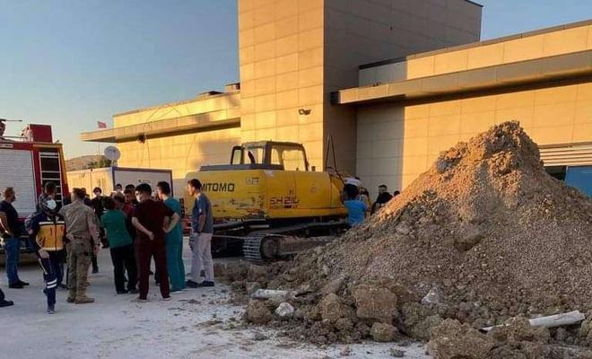 Hastane inşaatında göçük altında kalan 2 işçi kurtarıldı
