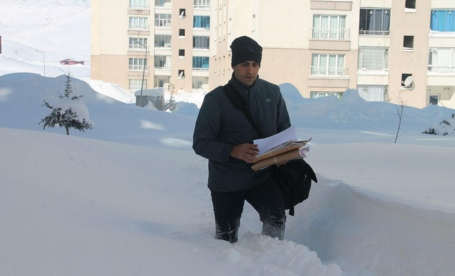Postacılar karları yara yara gönderileri evlere ulaştırıyor