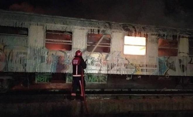 TCDD'nin hurdaya ayırdığı iki vagon yandı