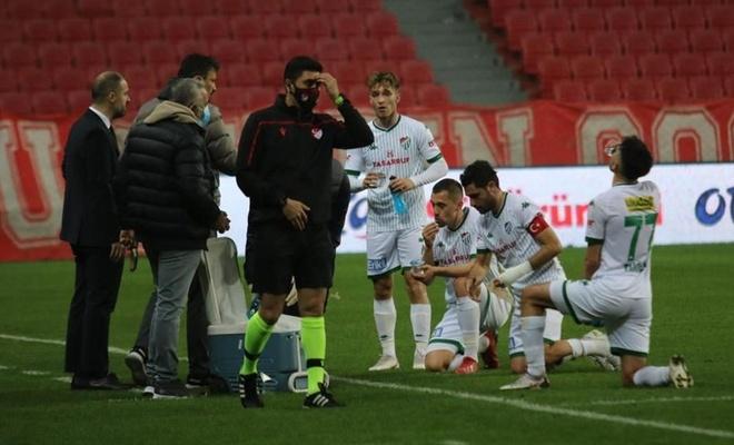 Futbolcular yine maç ortasında oruçlarını açtı