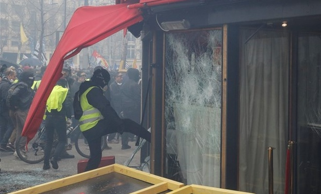 Fransa karıştı! Sokaklar savaş alanı