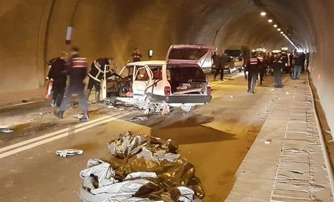 Artvin'de tünelde üç araç birbirine girdi: 4 yaralı