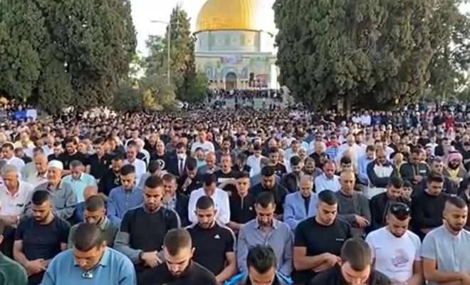 On binlerce Filistinli Mescid-i Aksa'da bayram namazı için kıyama durdu