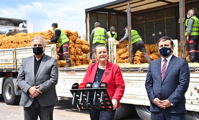Resmi törenle halka 'bedava patates' dağıtıldı