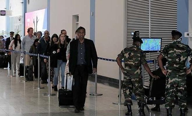 Pakistan Çin'e uçuşları askıya aldı, sınır geçişlerini erteledi