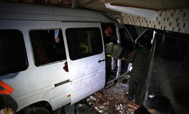 Servis minibüsü otomobile çarptı: 10 yaralı