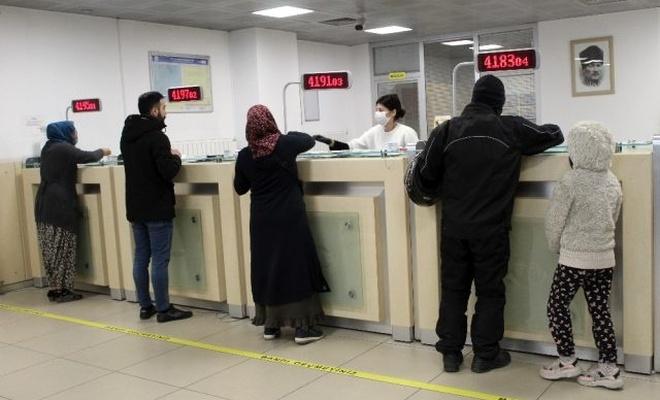 Yardımı kimler, ne zaman alabilir 1000 TL'lik yardımı almak için vatandaş PTT'ye akın etti