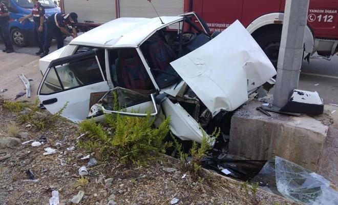 Otomobil aydınlatma direğine çarptı, 2 kişi öldü, 3 kişi yaralandı