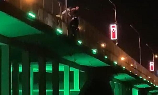Birecik Köprüsü'ne çıkan şahıs intihar girişiminde bulundu