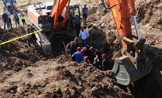 Park alanında çalışan işçi toprak yığınının altında kaldı