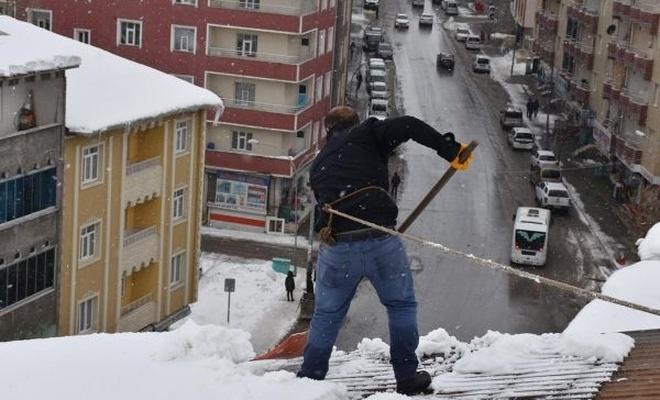 Ekmeklerini çatıdan temizledikleri kardan çıkarıyorlar